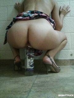Молодая девушка задрала юбку и села киской на бутылку водки
