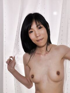 Худая японка дрочит свою мохнатую киску вибратором