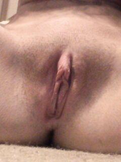 Грудастая милашка фоткает свои большие сиськи и упругую задницу