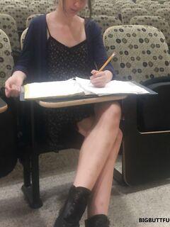 Похотливая студентка в кабинете разделась догола перед доской