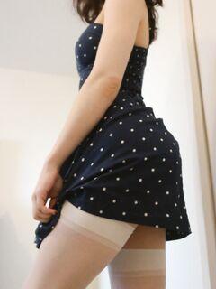 Студентка игриво задирает юбку чтобы показать свои трусики
