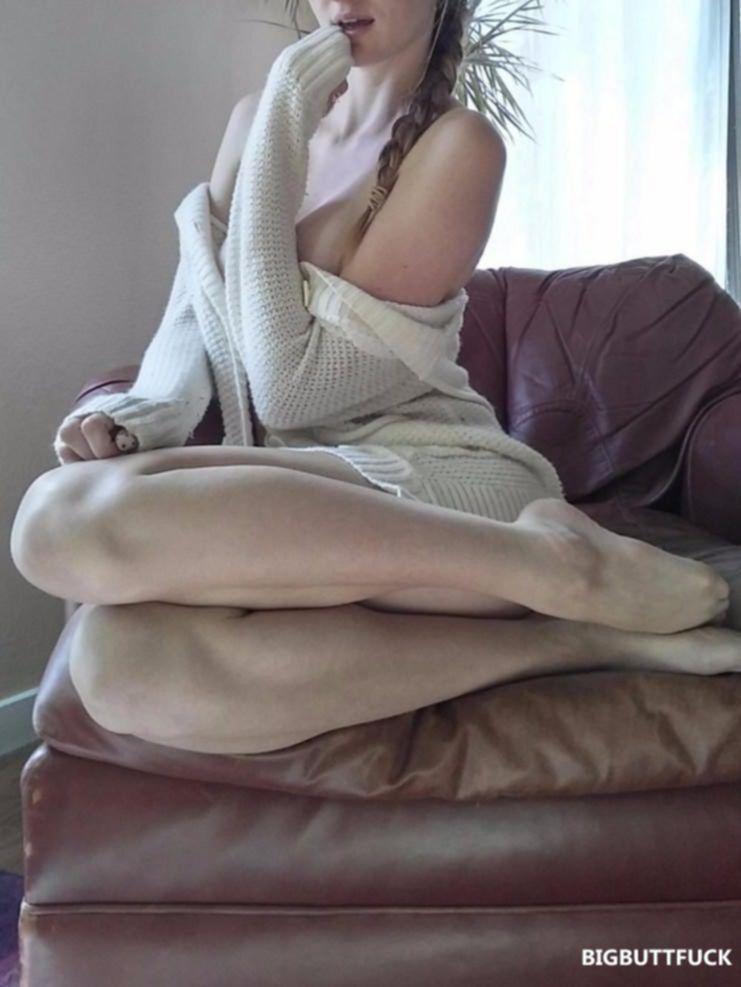 Стройная девушка перед веб камерой эротично позирует голой