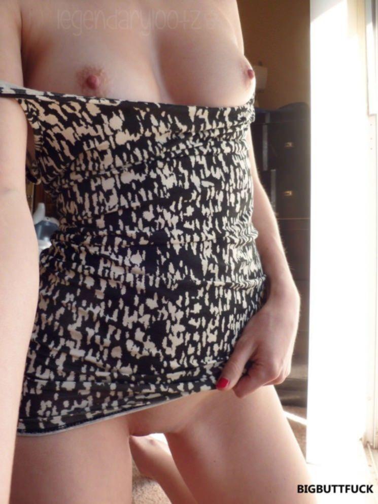 Девушка без трусиков и лифчика примеряет летнее платье