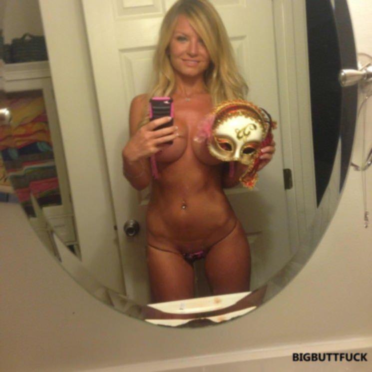 Загорелая блондинка выложила дико сексуальные селфи