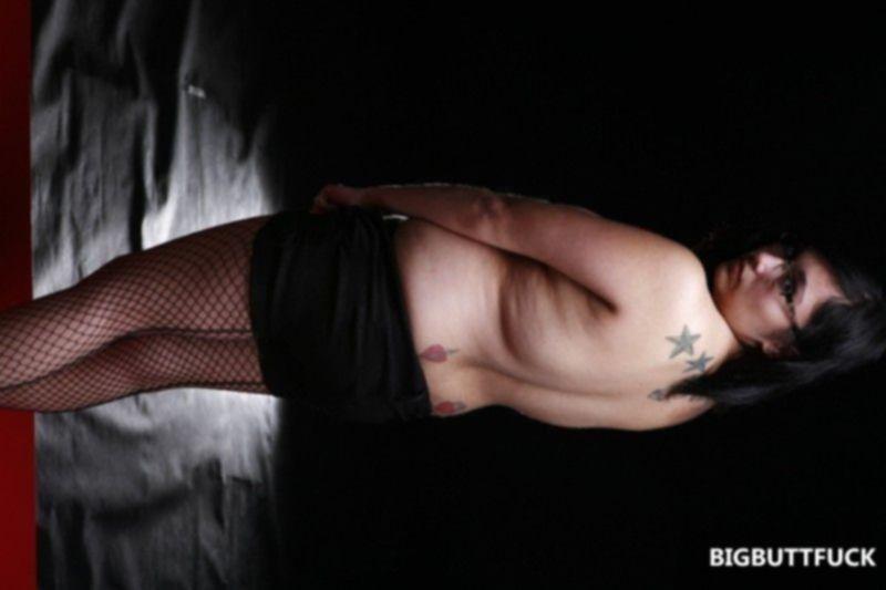 Эротические фото толстой брюнетки в чулках