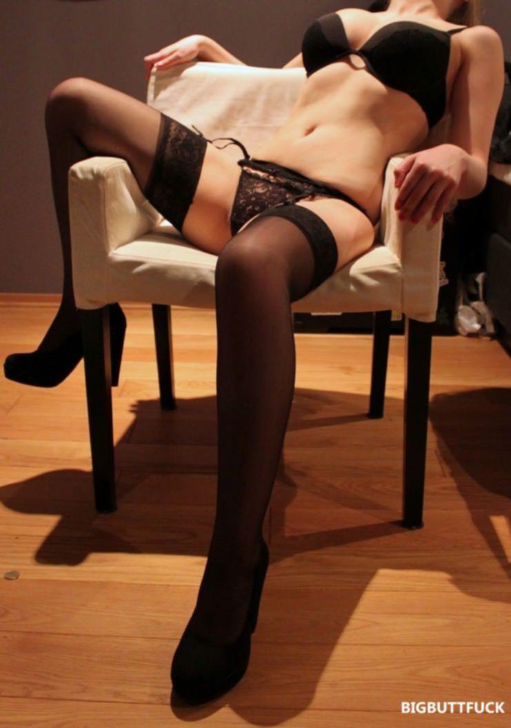 Блондинка позирует в сексуальном черном белье