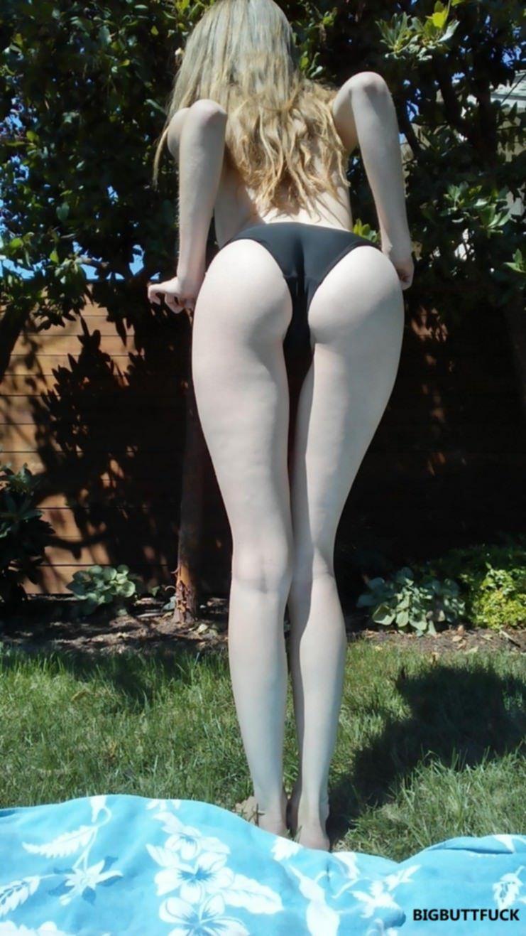 Нежная девушка загорает на заднем дворе и фоткается голышом