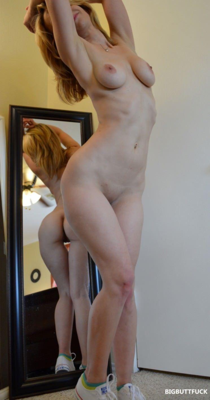 Роскошная блондинка ласкает свою сочную киску рукой