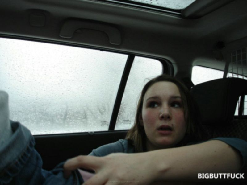 Пухлая русская девушка трахается в машине с парнем