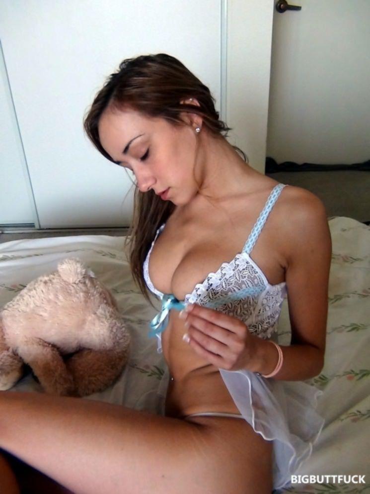 Красивая грудь молодой девушки с пирсингом в пупке
