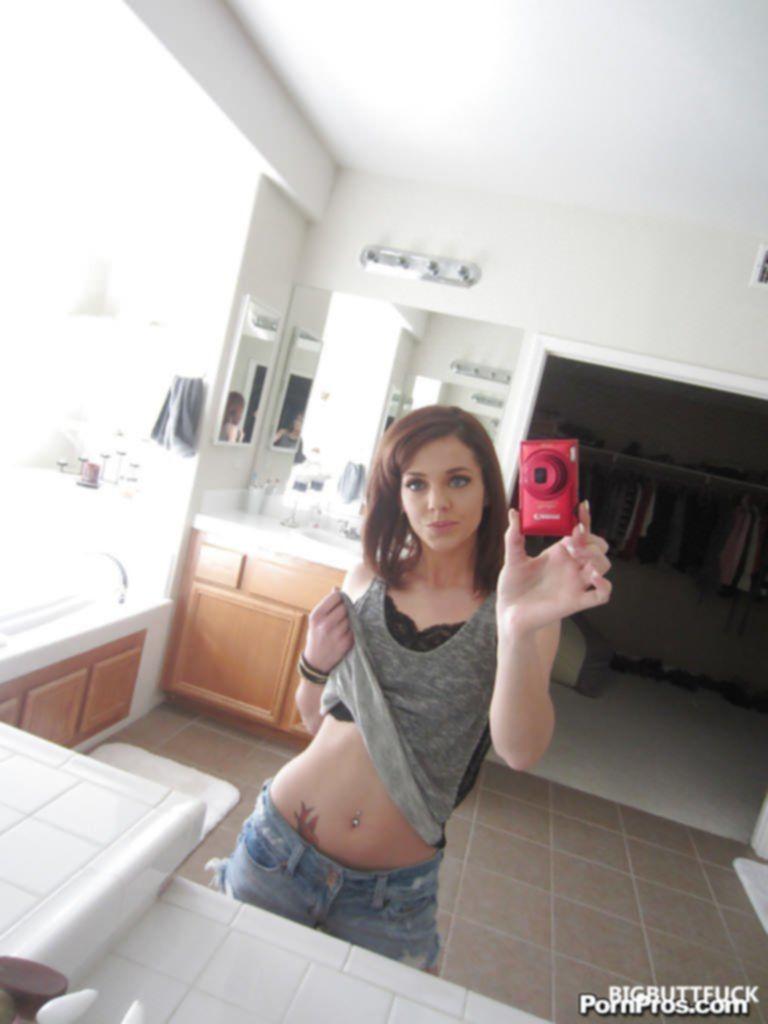 Худая порнозвезда сделала пара откровенных селфи фото