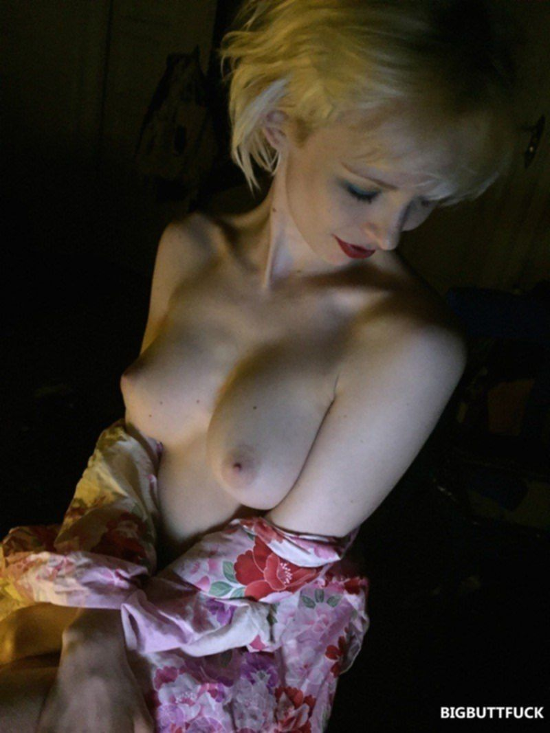 Тощая блондинка с классными сисями