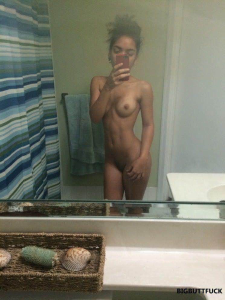 Стройные милашки фоткаются голышом перед зеркалом