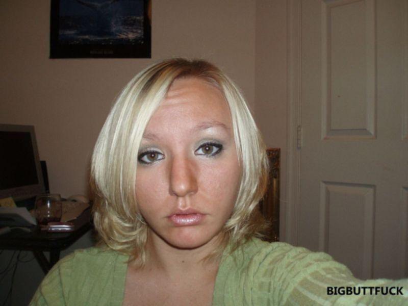 Опытная блондинка приняла сперму своего парня на лицо