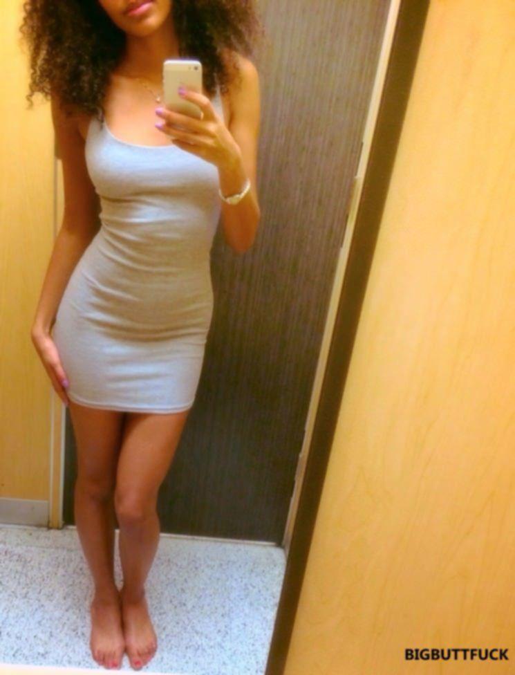 Смуглая девица в обтягивающем платье не носит лифчик