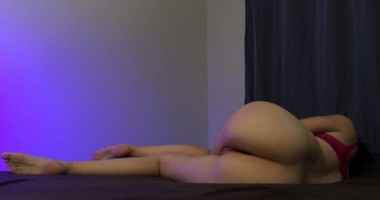 Узенькая киска девушки манит на фото крупным планом