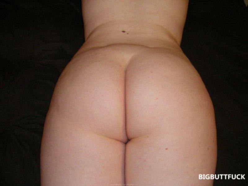 Рыжая толстуха в положении выставляет жопу раком