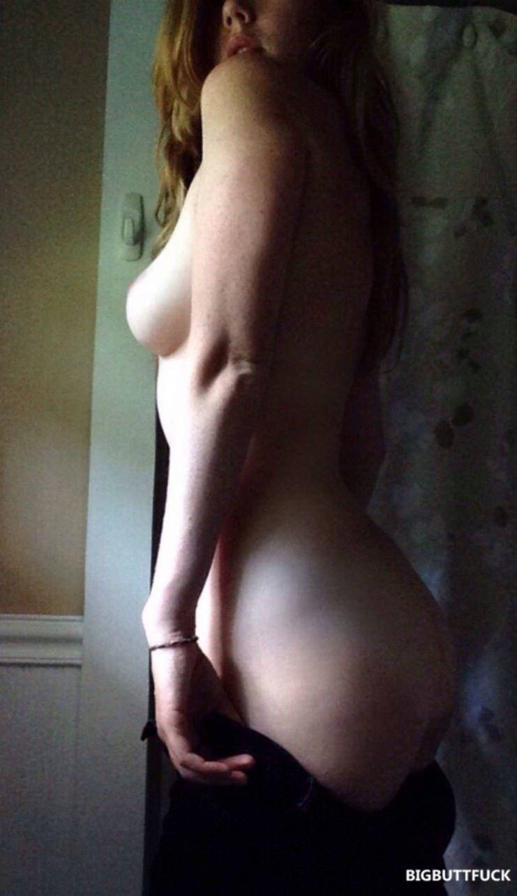 Рыжая киса делает эротичные селфи и выкладывает в интернет