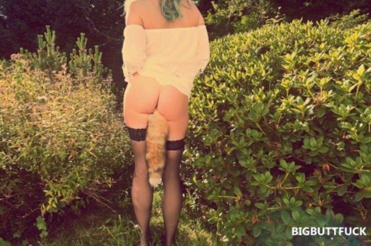 Игривая блондинка в чулках хочет анального секса