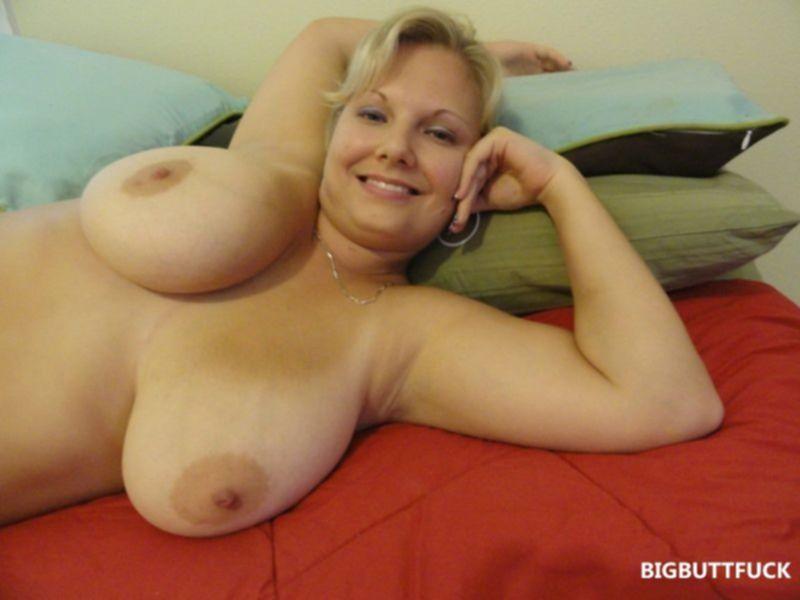 Толстая блондинка светит сисяндрами и пиздой в постели
