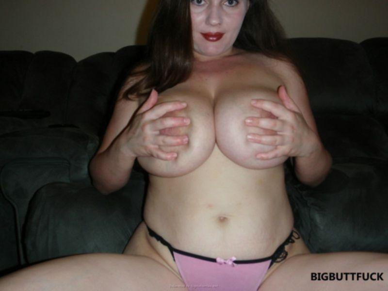 Голая зрелая женщина мнет свою большую грудь
