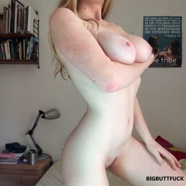 Сисястая блондинка нежно дрочит себе клитор рукой
