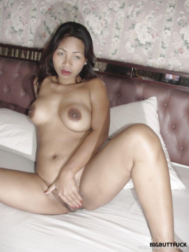 Зрелая азиатка раздвинула ноги и показала волосатую пизду