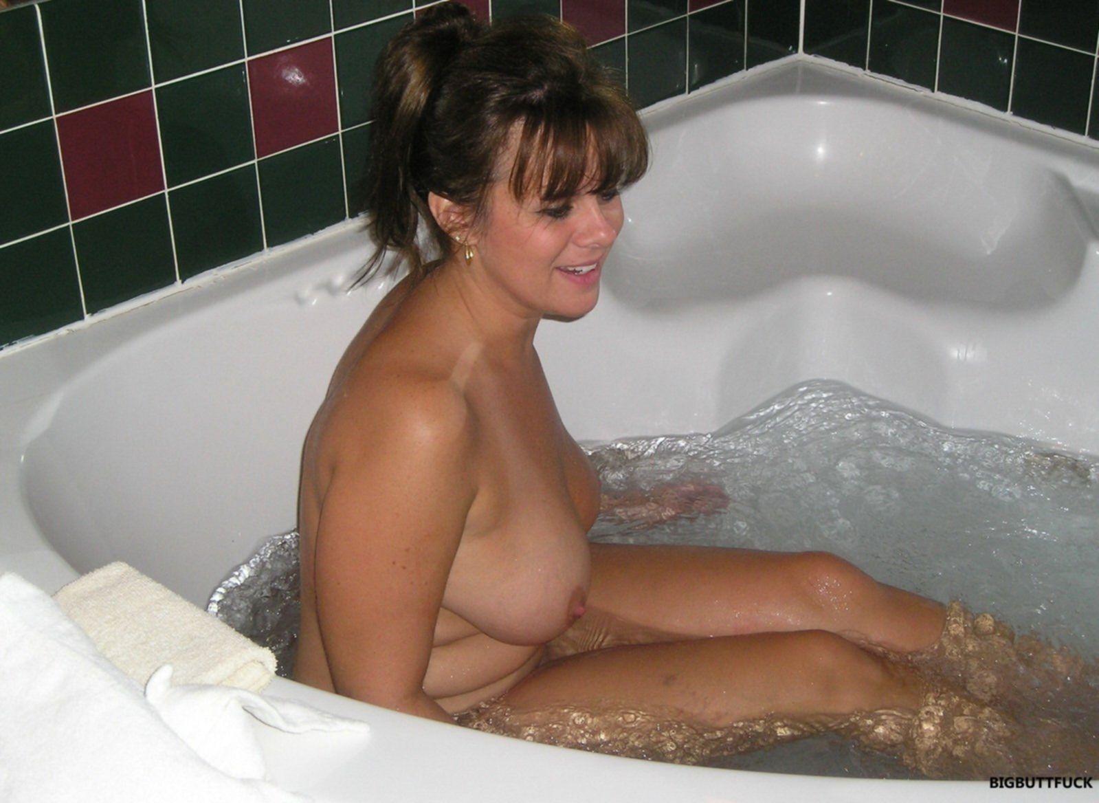 Пышная зрелая мамка моется в ванной