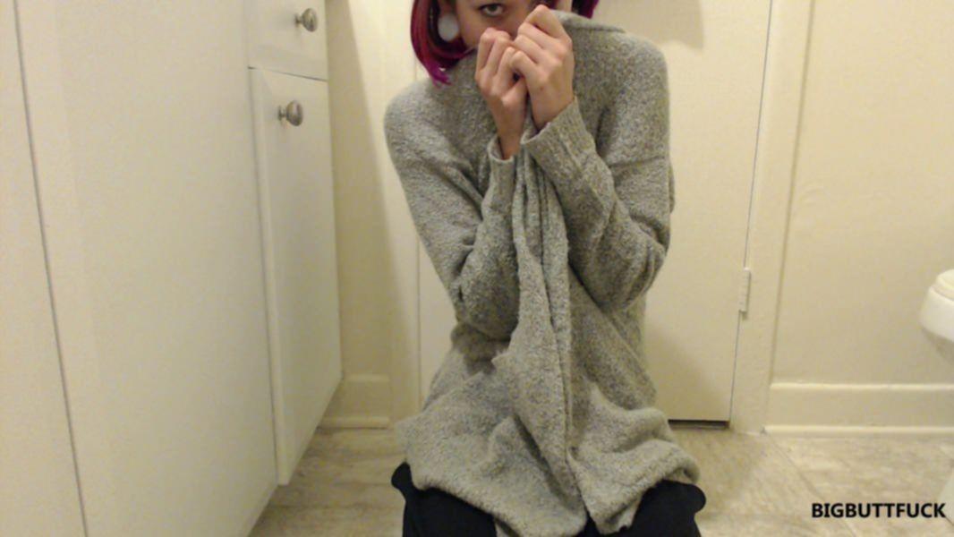 Неформальная сучка дрочит себе дырки в ванной и облизывает резиновый хуй