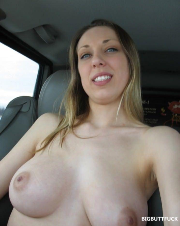 Титькастая подруга показала в машине свои сиськи и рабочую киску