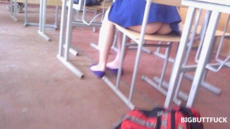 Девушки в чулках под юбками скрывают красивое нижнее бельё