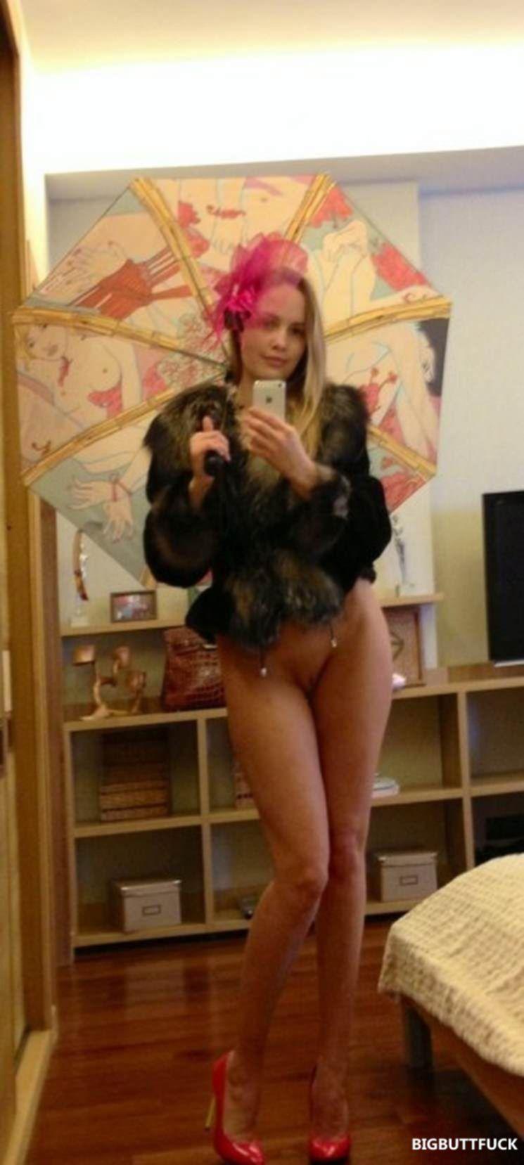 Русская развратница фоткает себя голой перед зеркалом