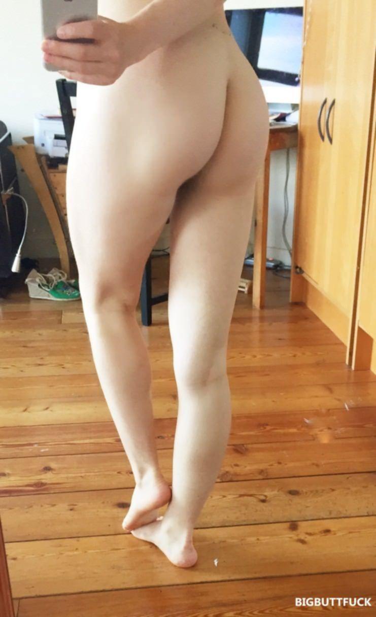 Девушка с красивой грудью делает возбуждающие селфи перед зеркалом