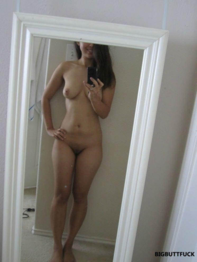 Игривая брюнетка перед зеркалом устроила голый разврат