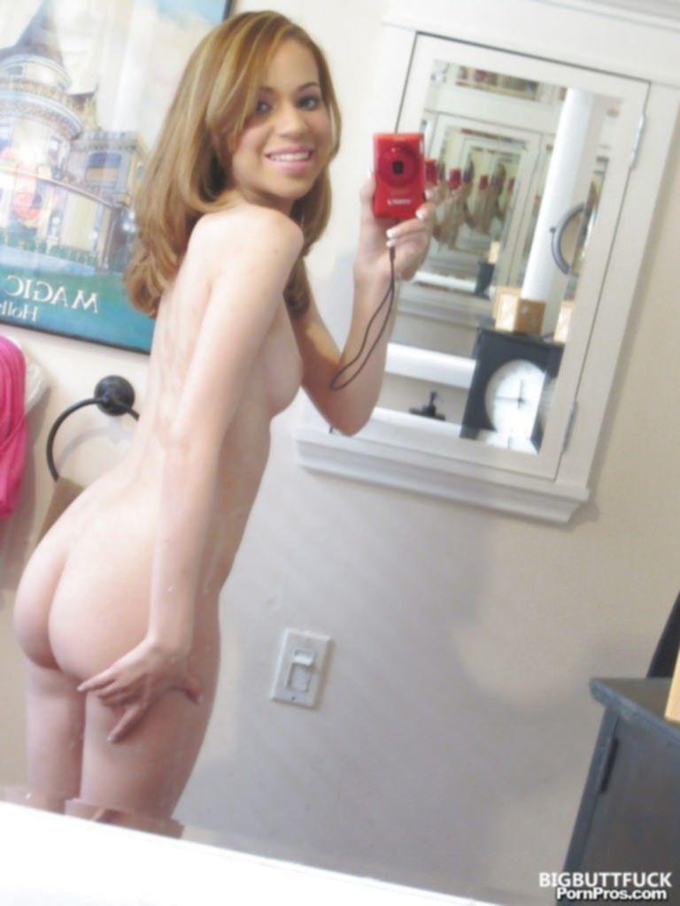 Молодая кокетка перед зеркалом устроила голую фотосессию