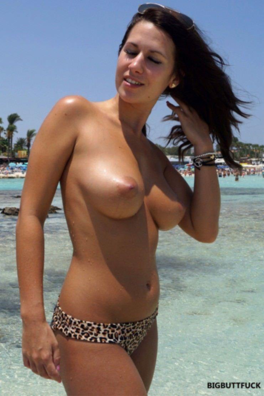 Молоденькие шалуньи на общественном пляже загорают без белья