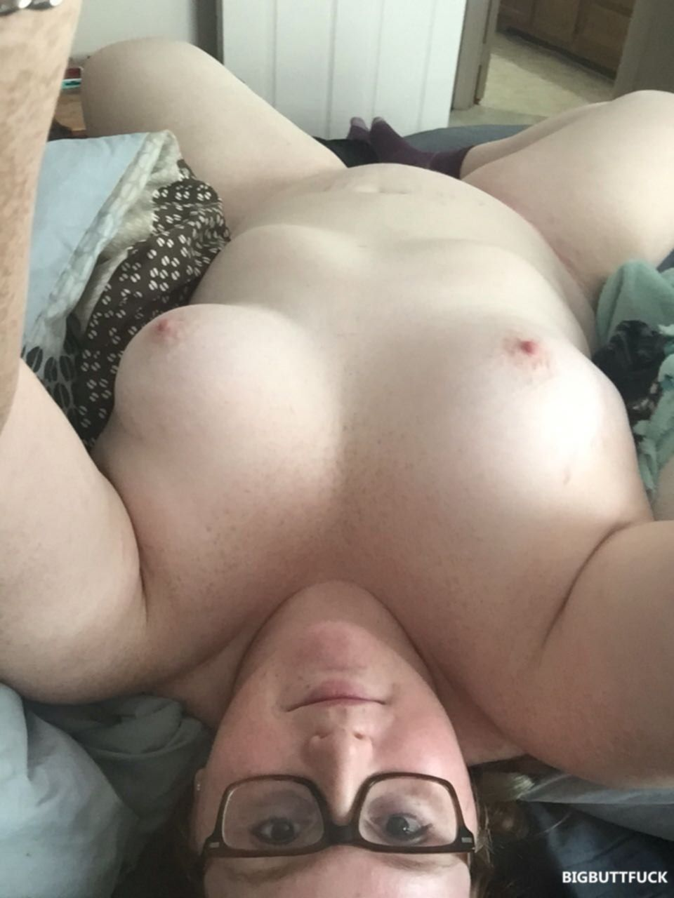 Толстухи раздвигают ноги и показывают свои вагины