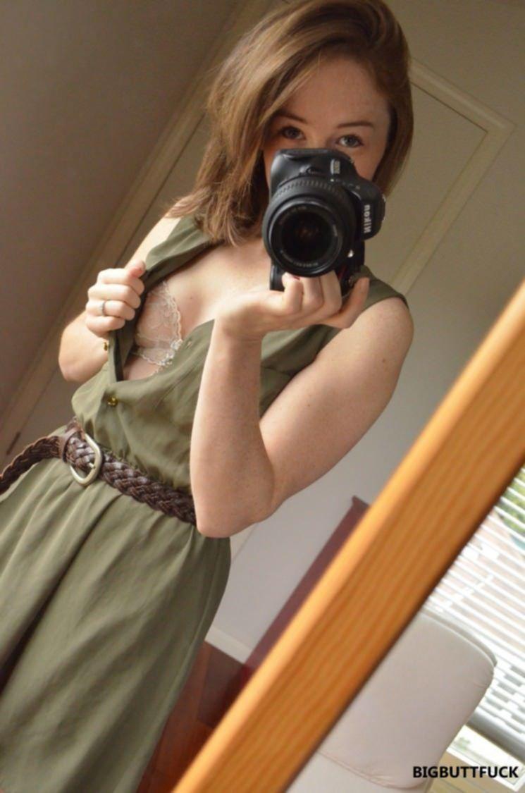 Молодая скромница замутила секси фотосет перед зеркалом