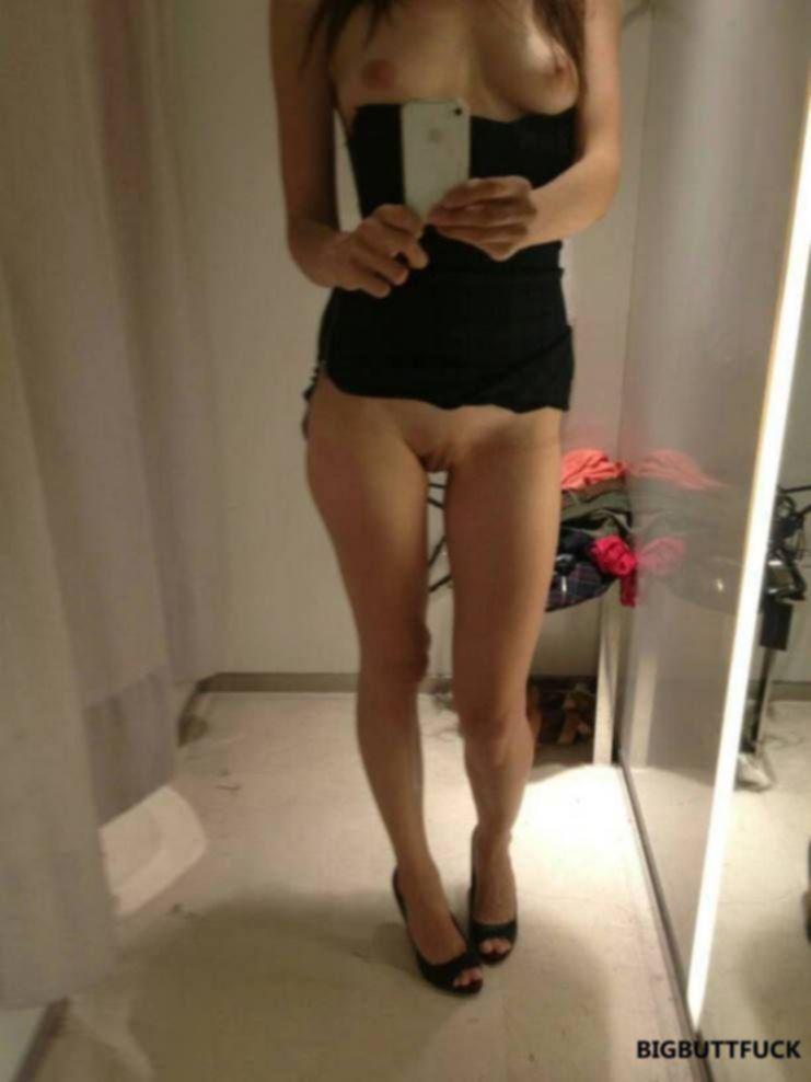 Развратные девушки в примерочных делают сексуальные фотки