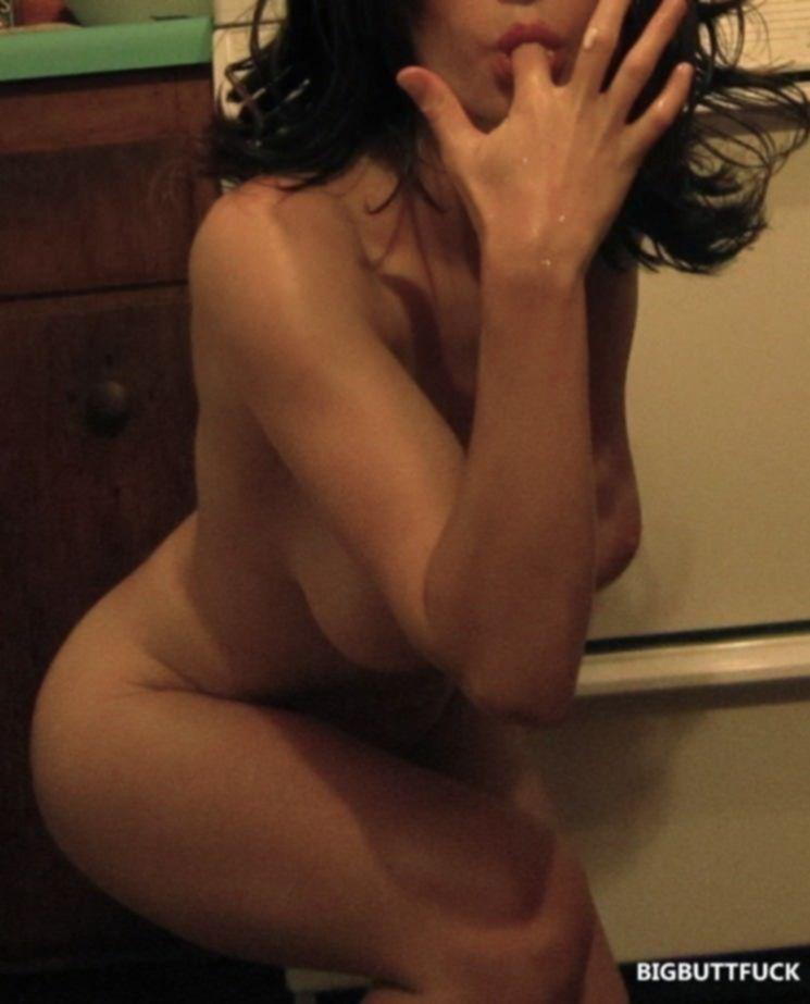 Молодая домохозяйка устроила на кухне голый разврат