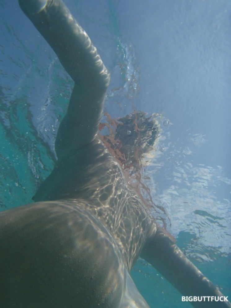 Молоденькая краля с упругим задом купается голой в океане