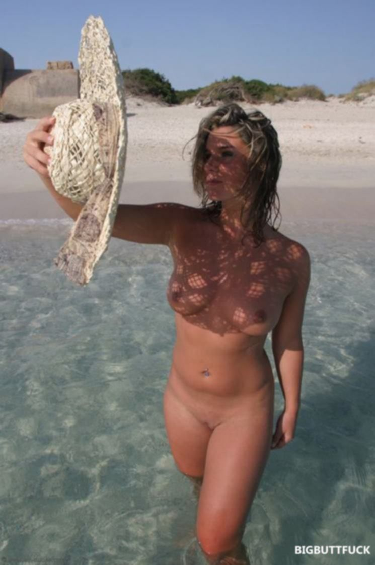 Горячие красотки на пляже раздеваются для загорания голышом