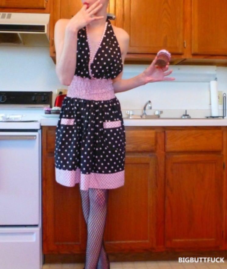 Сексуальная домохозяйка в сетчатых чулках эротично готовит на кухне