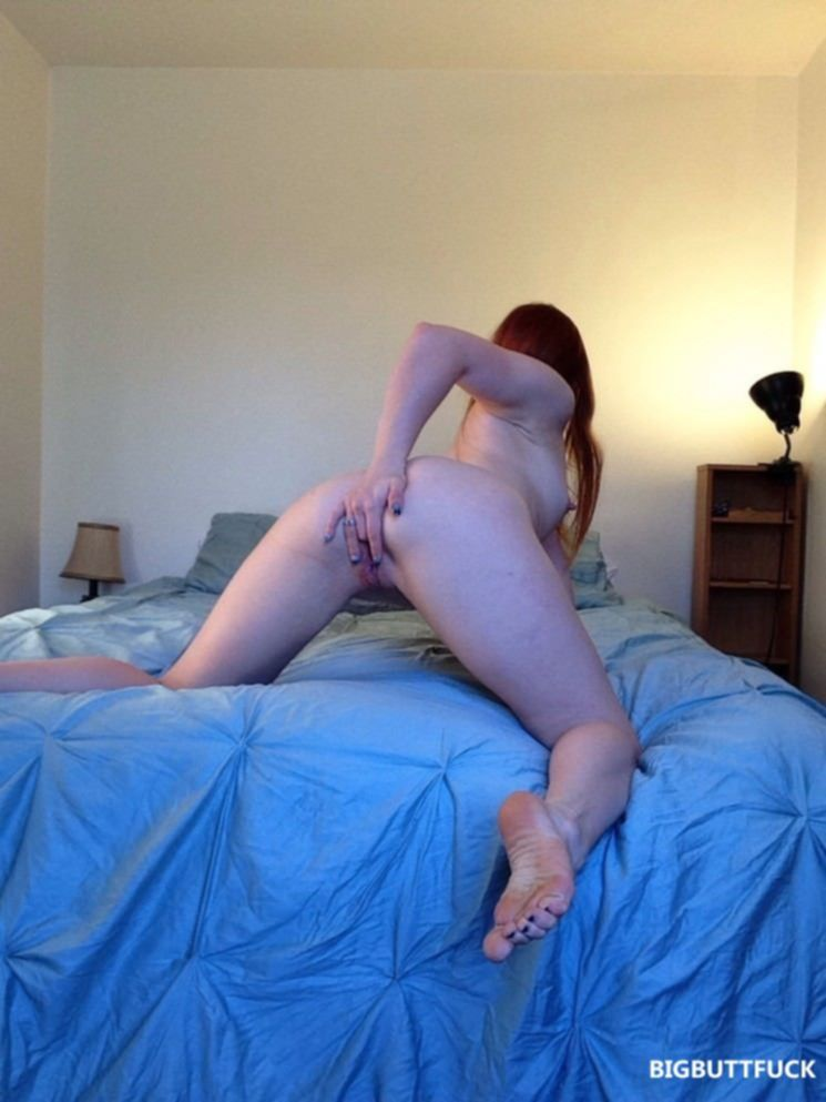 Рыжая красотка сексуально садится на шпагат в кровати