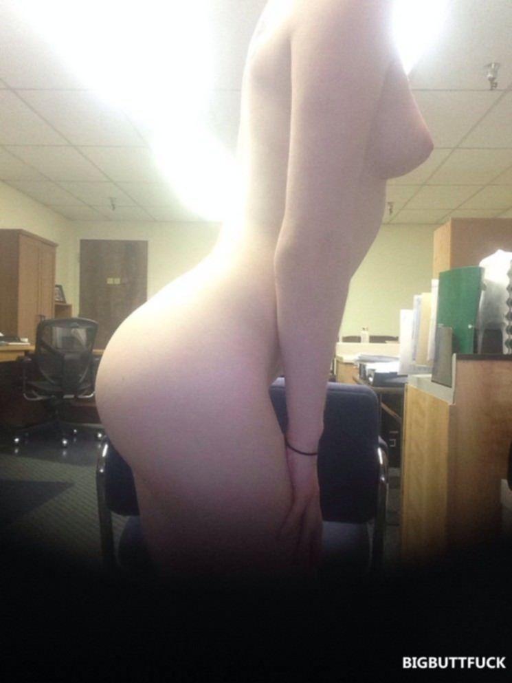 Молодая курва на работе перед вебкой снимается в голом виде