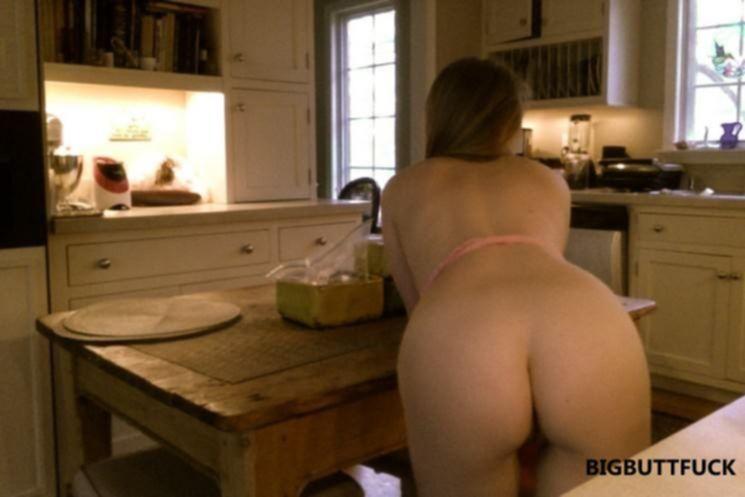 Молодая домохозяйка готовит в фартуке на голое тело