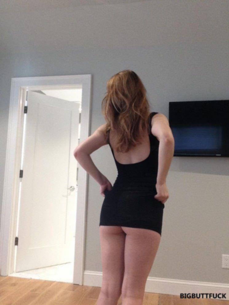 Молодая подруга показывает стриптиз дома на камеру