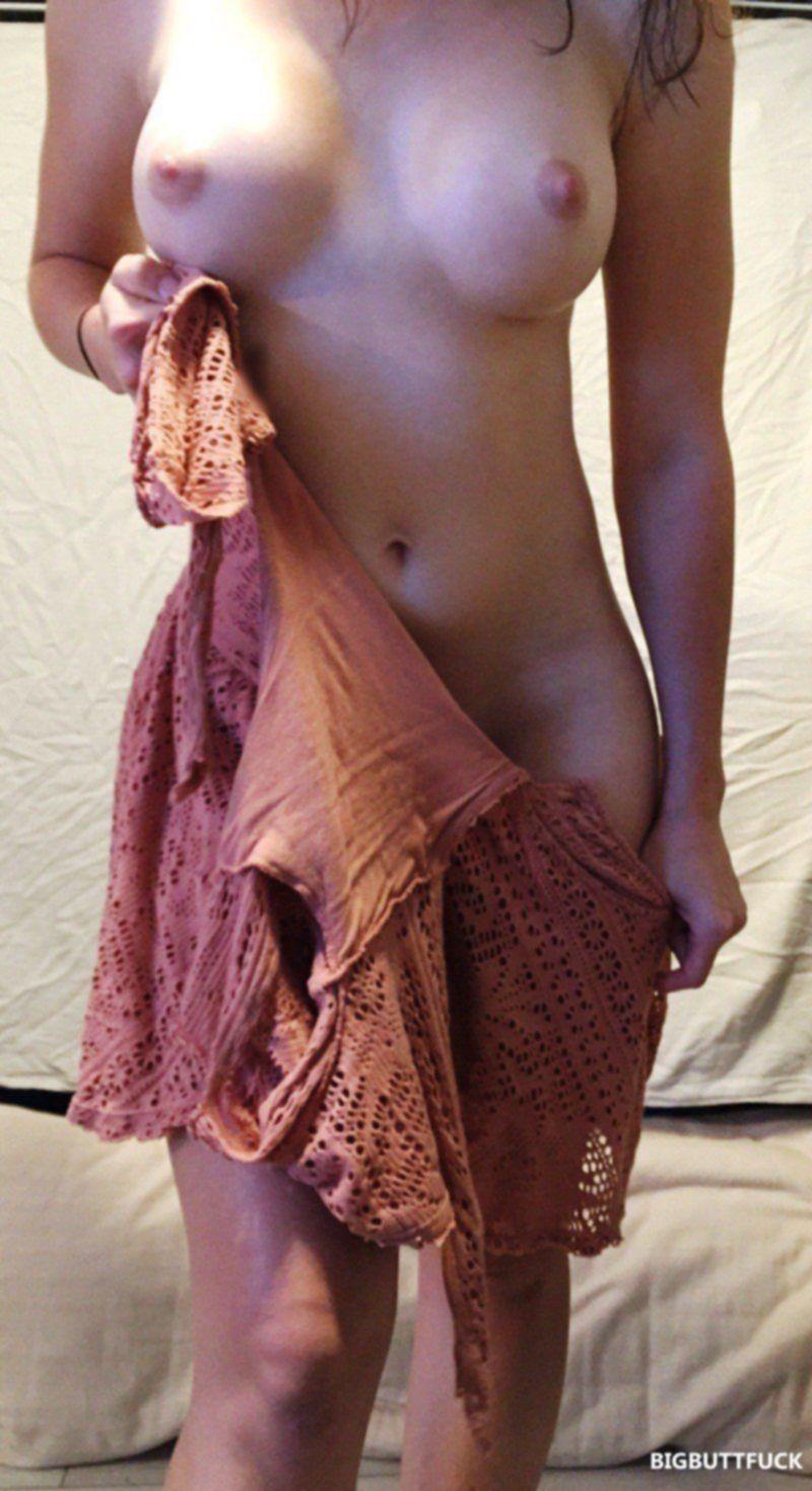 Скромница с шикарным телом слегка прикрывает свои прелести на фото