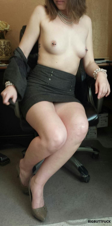 Молоденькая секретарша разделась и показала бритый лобок