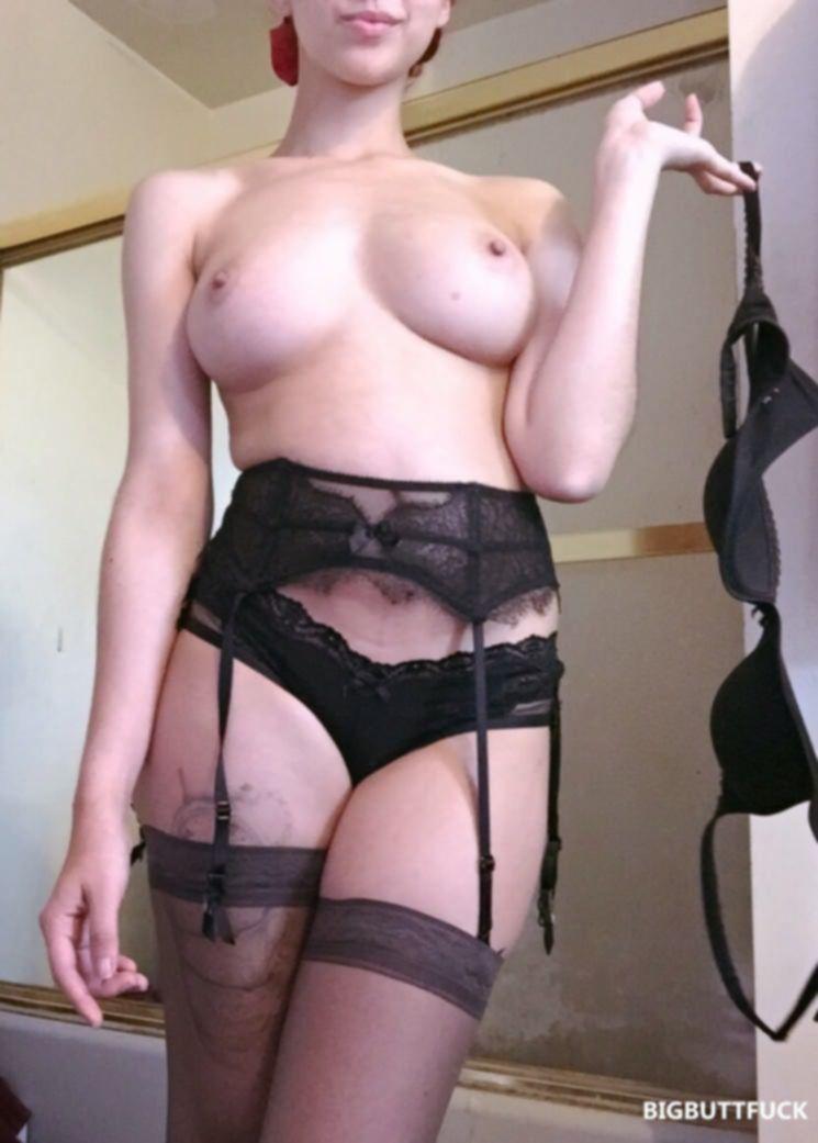 Фигуристая брюнетка в чулках делает сексуальные фотки
